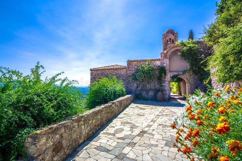 米斯特拉斯,伯罗奔尼撒中世纪拜占庭式的鬼魂镇城堡的废墟和教会  库存图片