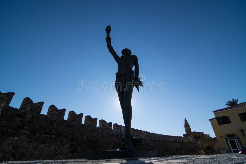 米格尔・德・塞万提斯雕象在Nafpaktos,西部希腊 免版税图库摄影
