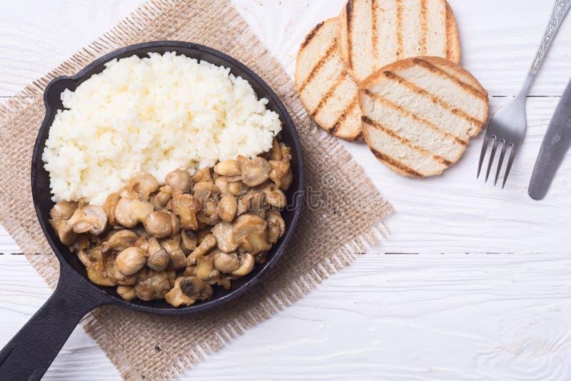 米用在平底锅的蘑菇 库存图片