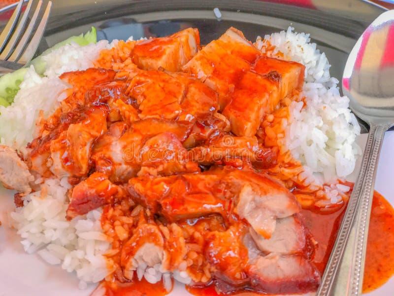 米用在白色plateRice的烤猪肉用在w的烤猪肉 库存照片