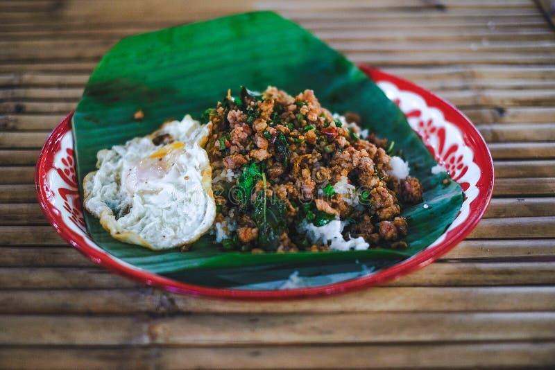 米用混乱油煎的剁碎的猪肉和蓬蒿用煎蛋 库存图片