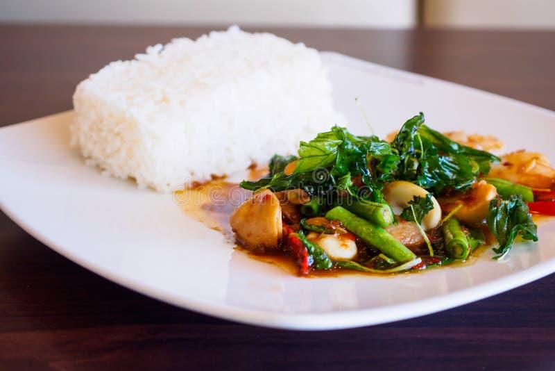 米用混乱油煎的海鲜和蓬蒿 免版税库存图片
