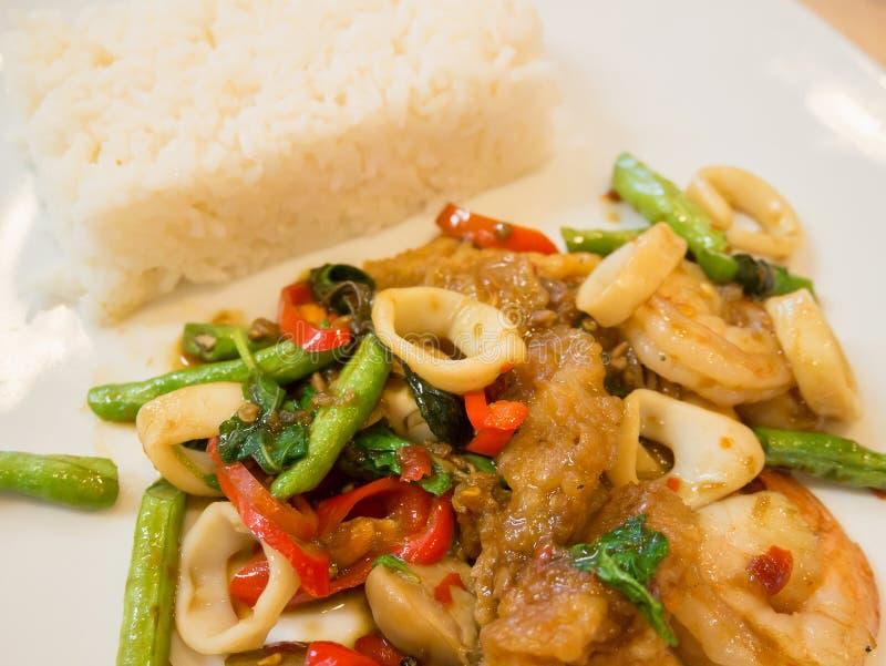 米用混乱油煎的海鲜和蓬蒿 库存图片
