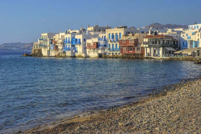 米科诺斯岛中心海湾的米科诺斯岛希腊视图,与它有蓝色窗口的典型的白色房子,在古希腊样式 库存照片