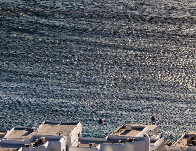米科诺斯岛镇港口的全景有著名风车的从上述小山在一个晴朗的夏日,米科诺斯岛,基克拉泽斯, 库存照片