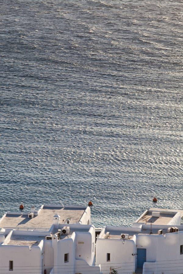 米科诺斯岛镇港口的全景有著名风车的从上述小山在一个晴朗的夏日,米科诺斯岛,基克拉泽斯, 免版税图库摄影