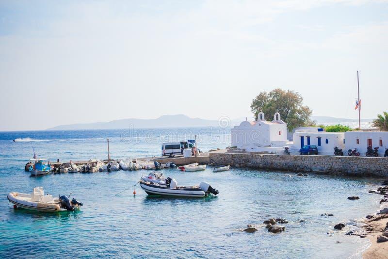 米科诺斯岛镇港口的全景从上述小山的在米科诺斯岛,基克拉泽斯,希腊 免版税库存照片