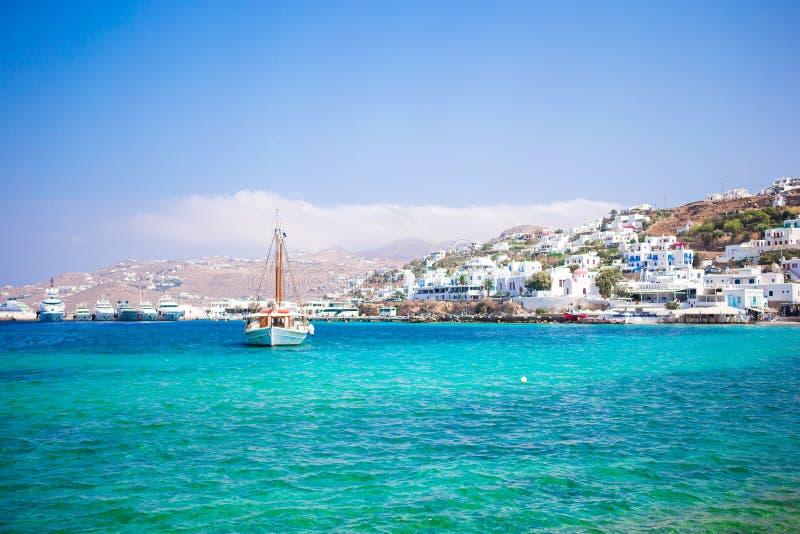 米科诺斯岛镇港口的看法从上述小山的在米科诺斯岛,基克拉泽斯,希腊 图库摄影