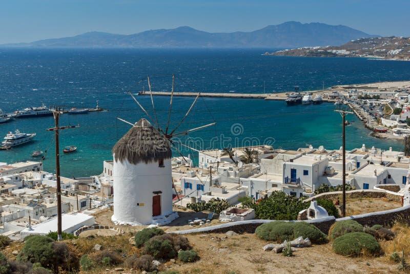 米科诺斯岛,希腊白色风车和海岛惊人的海景  免版税库存图片