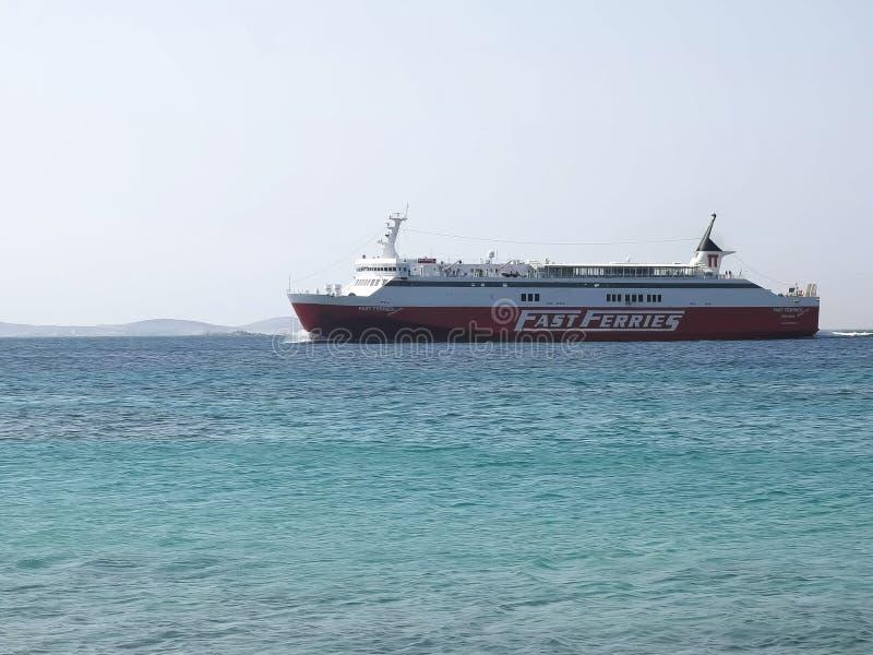 米科诺斯岛,希腊2016年9月,15日:从高速渡轮线的一艘船到达mykonos 库存照片