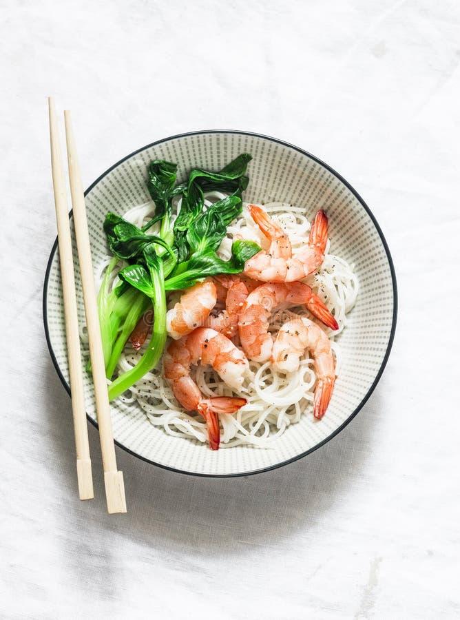 米粉用虾和bok choy圆白菜在轻的背景,顶视图 免版税库存图片