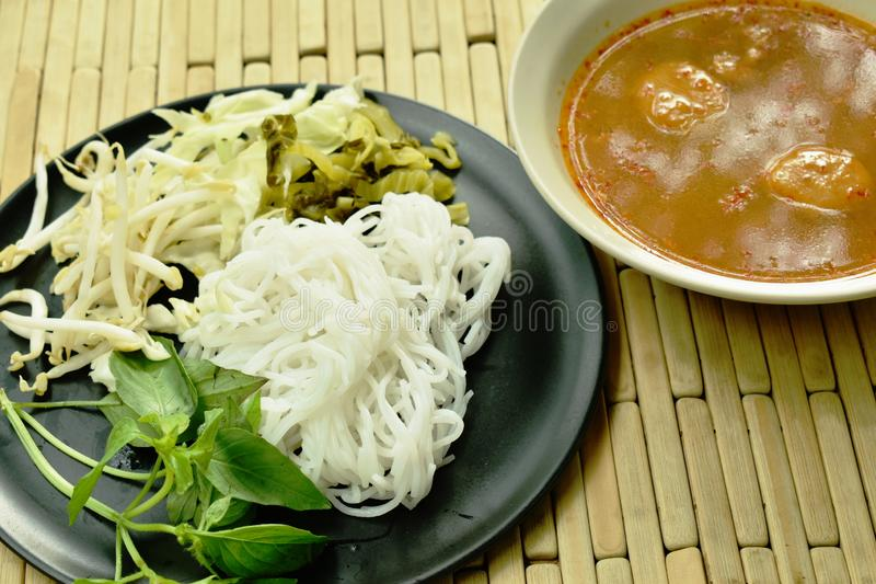 米粉用鱼咖喱汁和新鲜蔬菜 库存照片