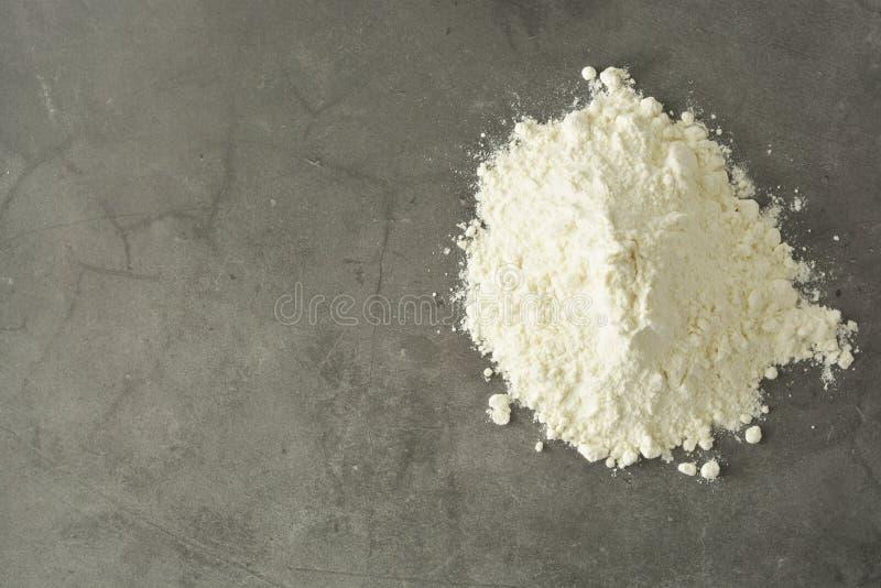 米粉被隔绝的ondark背景堆或堆  面筋免费面粉 r 免版税库存照片