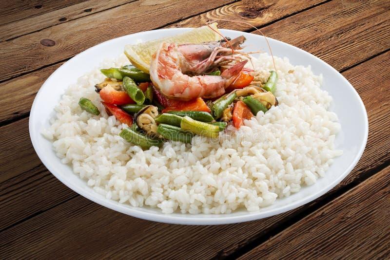米粥用虾和菜 在一个木背景 免版税库存照片