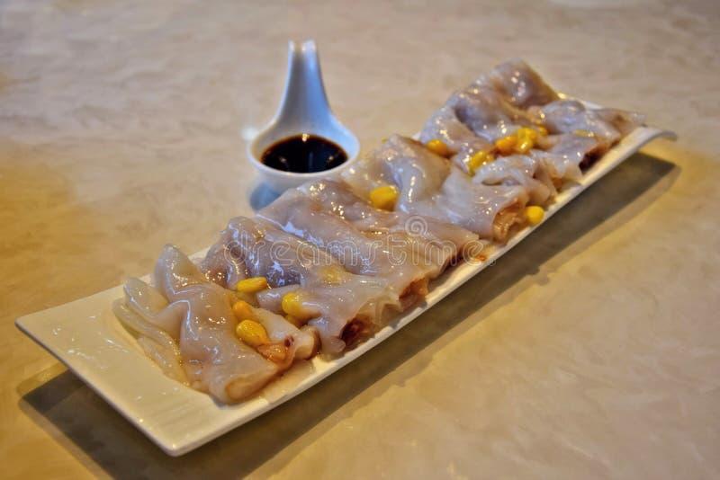 米线卷做由米粉面团板料,蒸和充塞用肉,菜 免版税库存照片