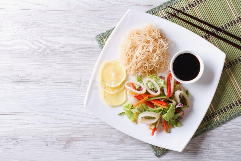 米线和菜沙拉有乌贼水平的顶视图 免版税图库摄影