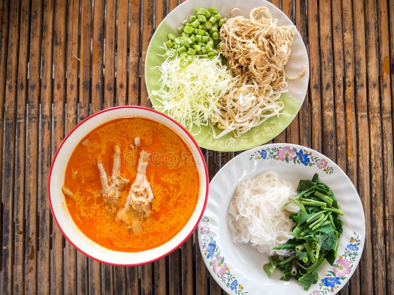 米线服务与在鱼咖喱汁的鸡脚 端 库存图片