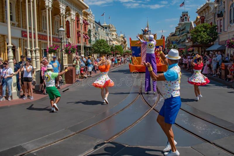 米老鼠在米基和敏妮的惊奇在浅兰的天空背景的庆祝游行在华特・迪士尼世界1 免版税图库摄影