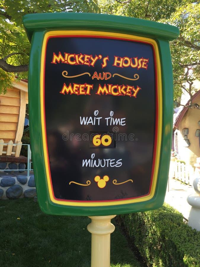米老鼠房子等待时间标志 库存图片