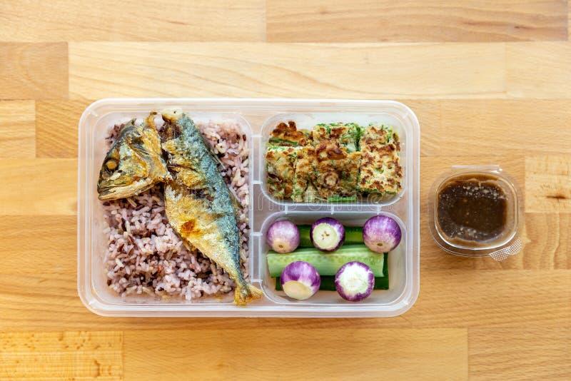 米莓果和油煎的鲭鱼用虾浆糊调味汁供食与荷包蛋上升的篱笆条、泰国茄子和黄瓜 库存图片