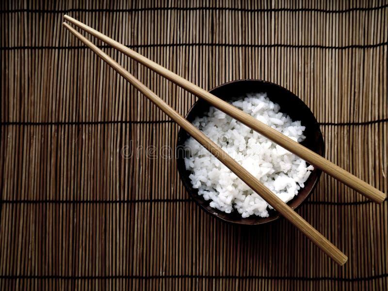 米表示在亚洲食物的一碗一根钉书针 库存图片
