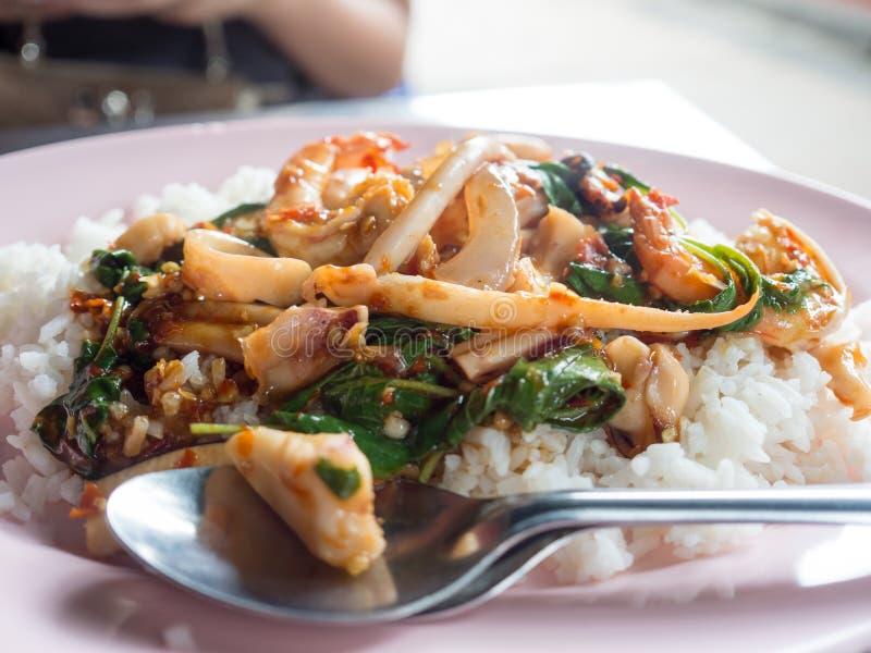 米被冠上的混乱油煎的混杂的海鲜和蓬蒿 免版税库存图片