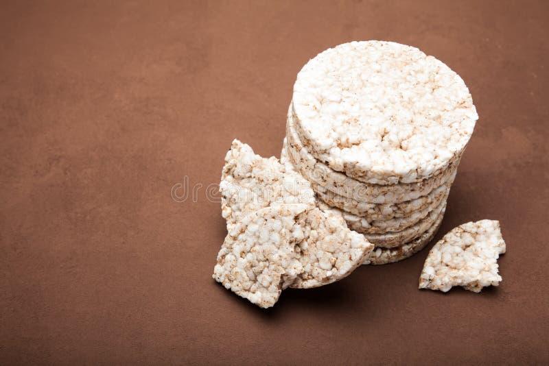 米面包的部分在棕色背景的 r 库存图片