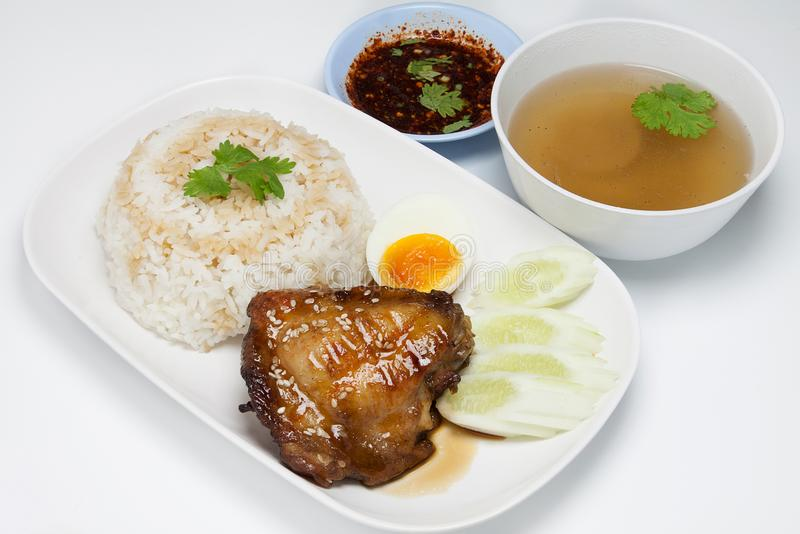 米顶部烤了鸡用teriyaki调味汁,鸡蛋 免版税库存照片