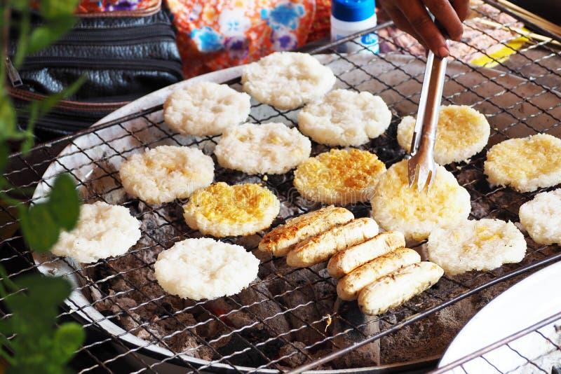 黏米饭和香蕉在木炭火炉烤了 图库摄影