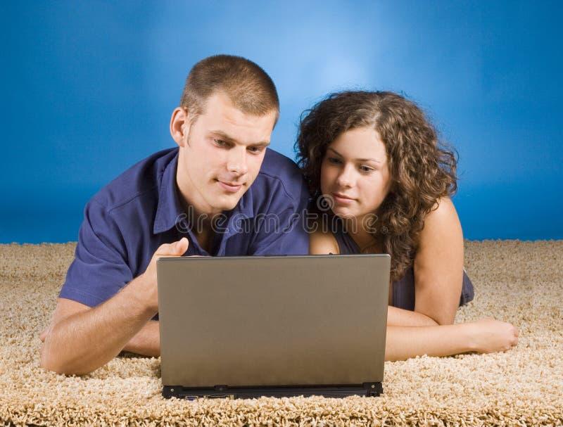 米黄地毯夫妇年轻人 免版税库存图片