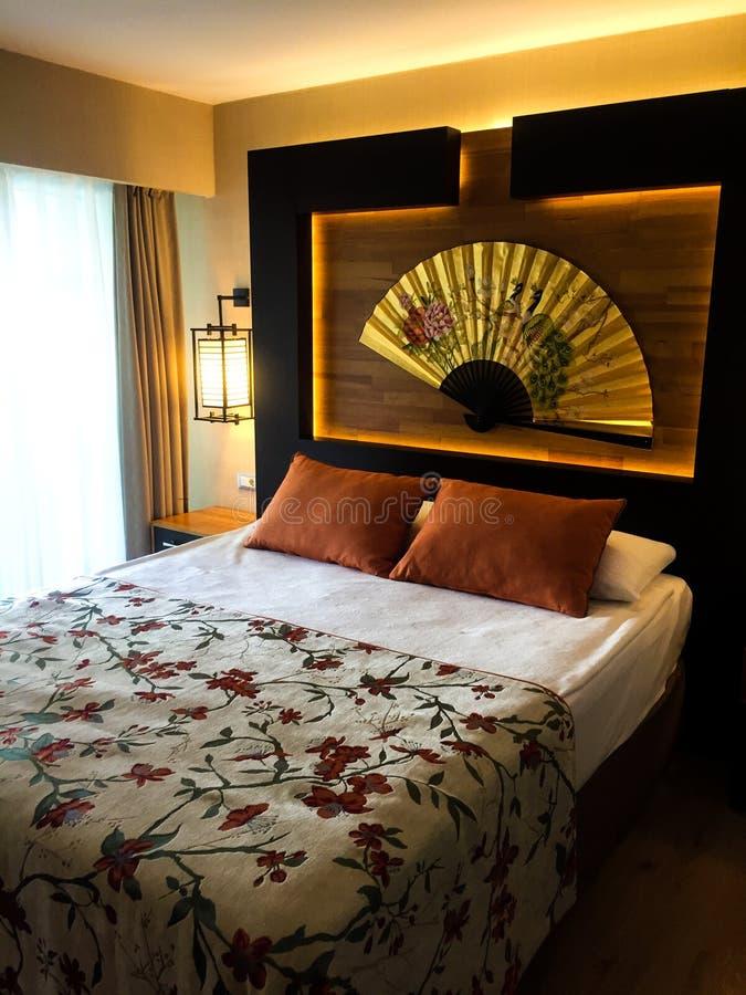 米黄旅馆卧室 免版税库存图片