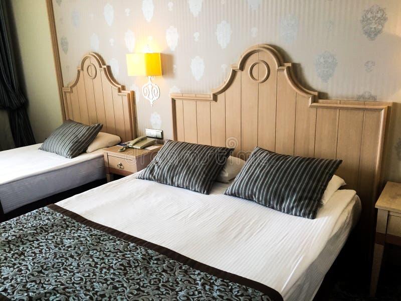 米黄旅馆豪华卧室 免版税库存照片