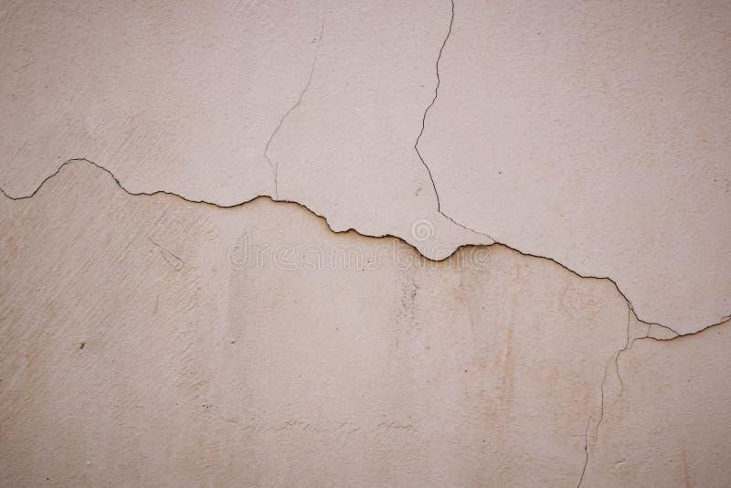 米黄灰泥墙壁爆裂声表面 轻的米黄织地不很细背景 Grunge?? 恶劣天气背景 免版税库存照片