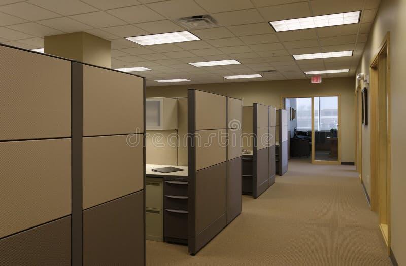 米黄cubicals通用办公室露天场所棕褐色工&# 免版税图库摄影