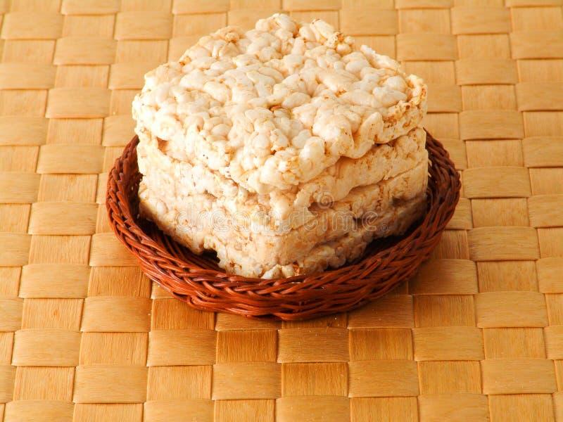 米,在篮子的麦子面包在棕色背景 库存图片