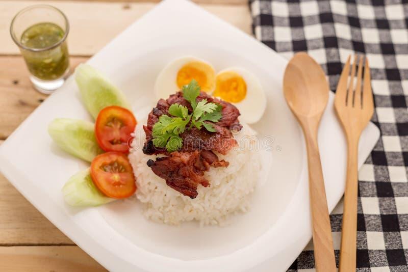 米,烤猪肉牛排,辣味番茄酱奶油用黑胡椒e 免版税库存照片