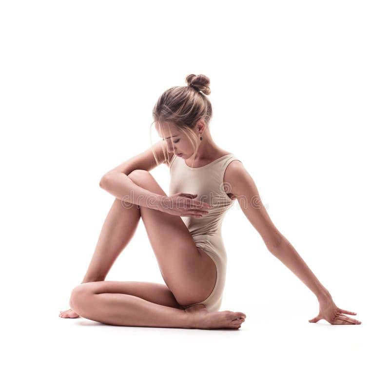 米黄泳装的年轻美丽的舞蹈家 免版税库存照片