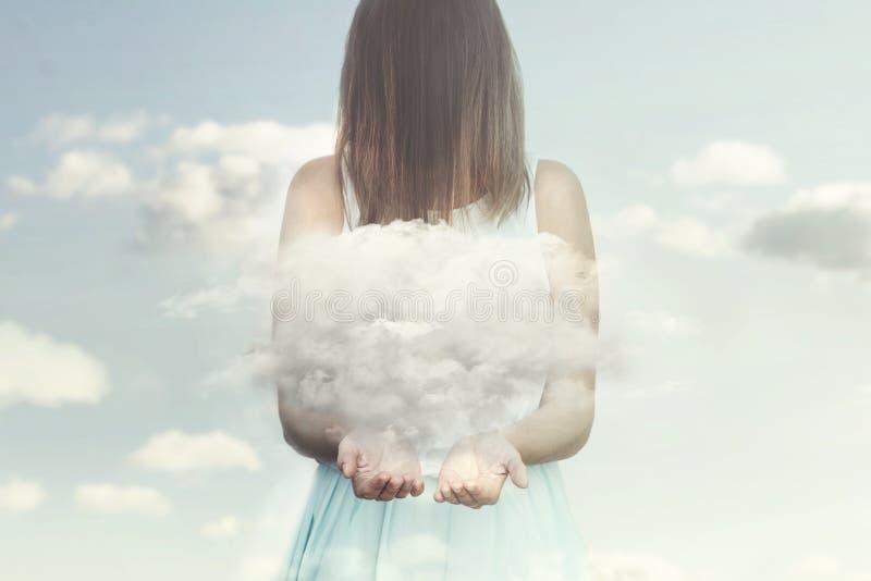 类似天使的妇女在她的手上守卫一朵小云彩 免版税库存照片