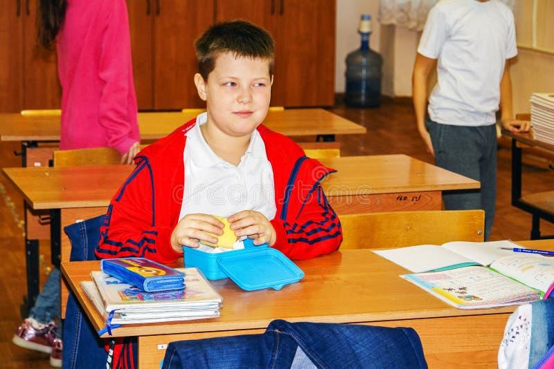 类的男小学生在书桌 免版税库存照片