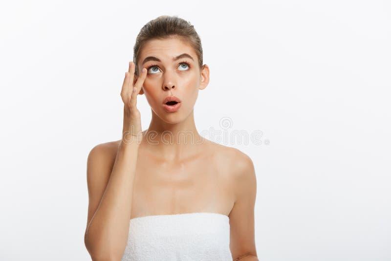 粉刺斑点丘疹斑点skincare秀丽按在皮肤问题面孔的关心女孩 有被隔绝的皮肤伤疤的妇女,白色 库存照片