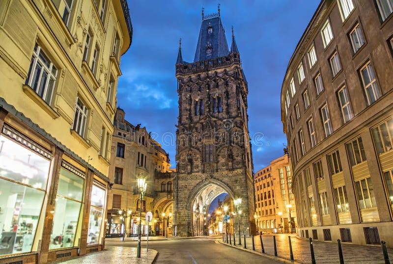 粉末塔-中世纪哥特式城市门在布拉格 库存照片