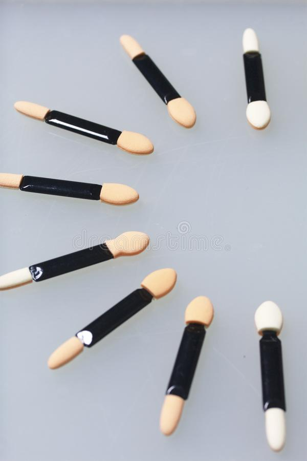 粉末应用的化妆棍子 溢出在桌的白色表面 在视图之上 免版税库存照片