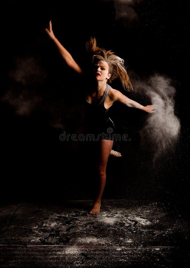 粉末现代舞蹈家跳 免版税库存图片