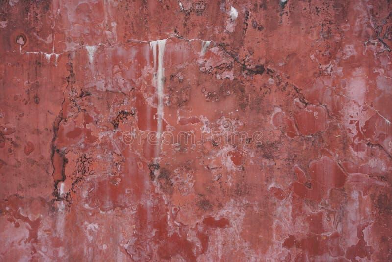 粉碎的古老退色的红色被绘的灰泥膏药墙壁摘要水平的背景纹理 免版税库存照片