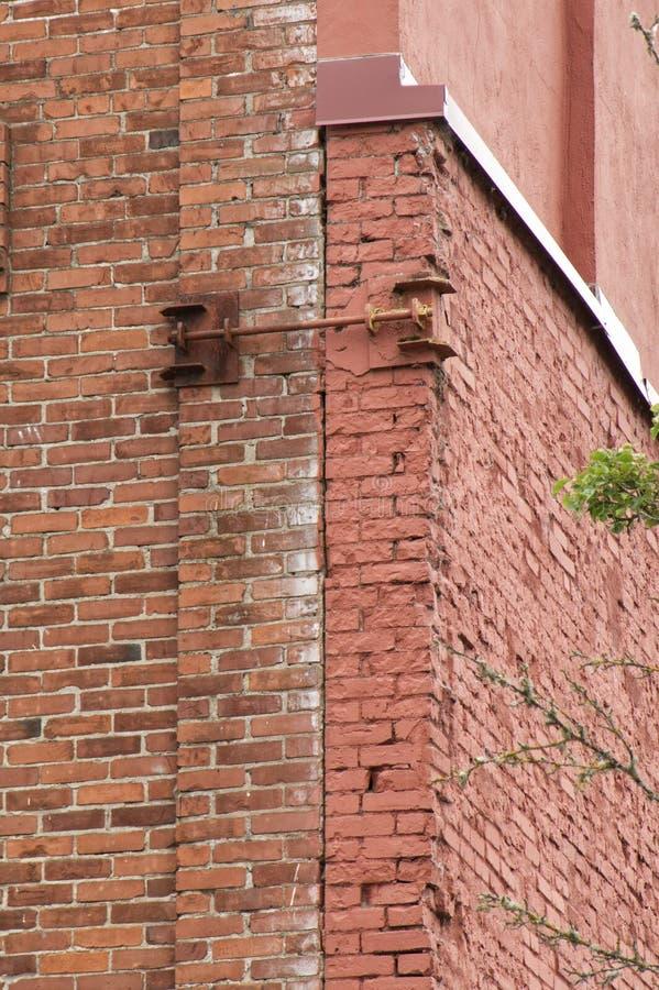 粉碎的砖墙地震危险 图库摄影