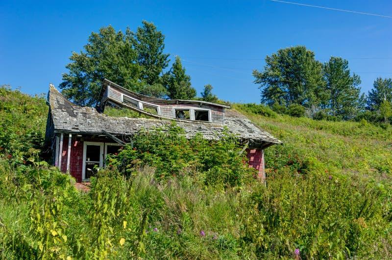 粉碎的被放弃的老房子在阿拉斯加, Ninilchik, Kenai Penins 免版税库存图片