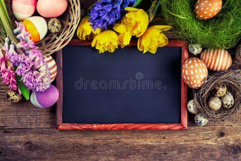 粉笔板和复活节装饰 库存照片
