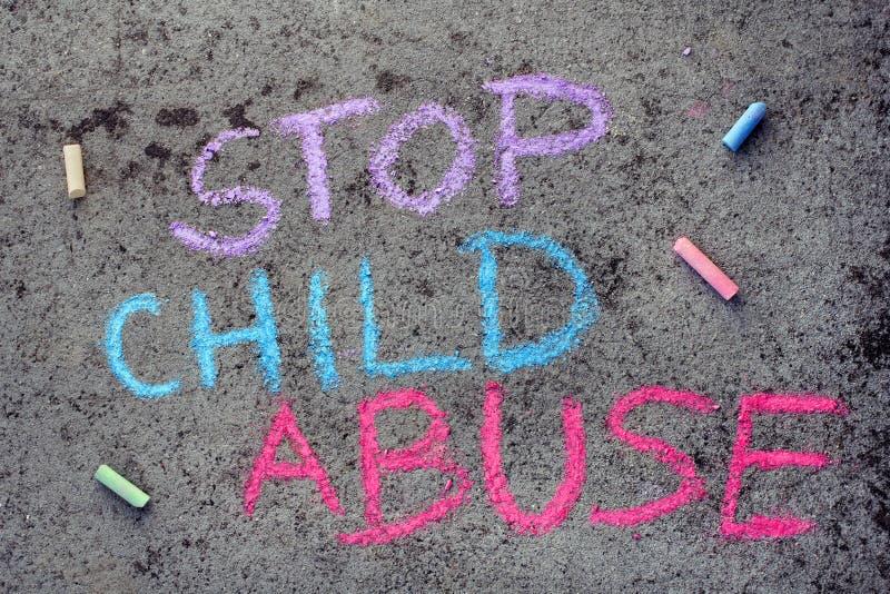 粉笔画:词停止虐待儿童 库存图片