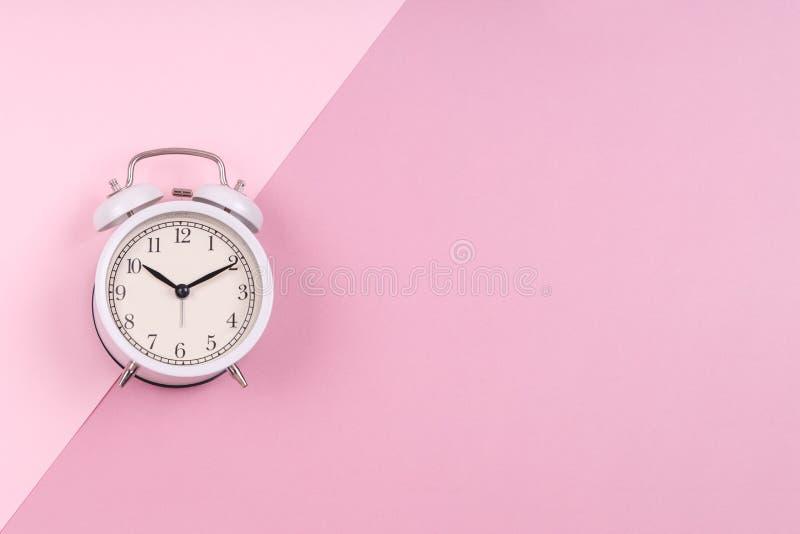 粉红双色调的可爱白色复古时钟 免版税库存图片