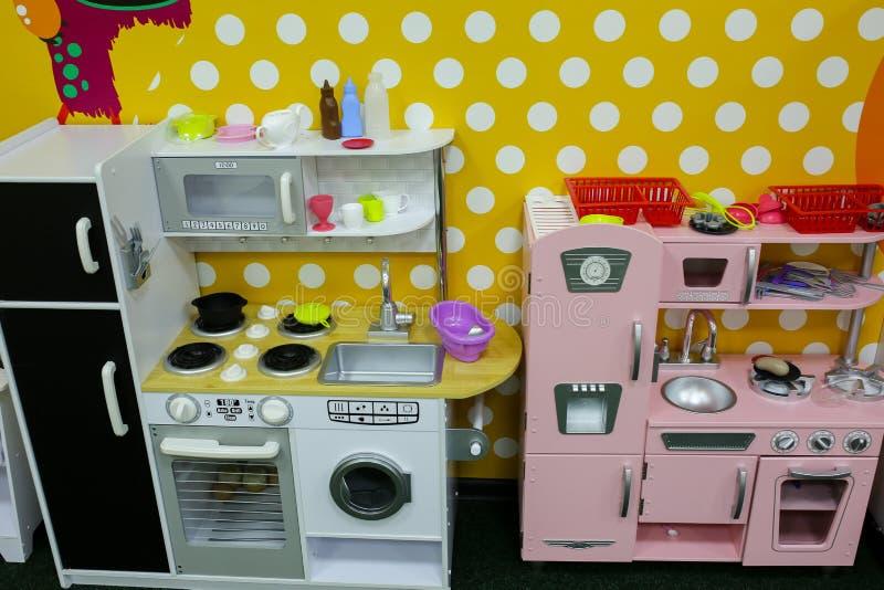 粉红彩笔和白色玩具厨房 女孩的比赛在娱乐中心或在房子里 儿童时间 减速火箭的戏剧 库存照片